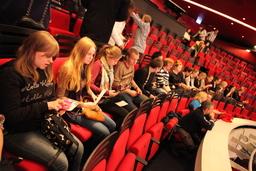 Keskiviikkona 3.12 vastaremontoidun Deutsches Theaterin parvella odottamassa We will rock you -musikaalin alkua.JPG