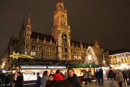 Marienplatz Münchenissä oli täynnä ohjelmaa iltaisin.JPG