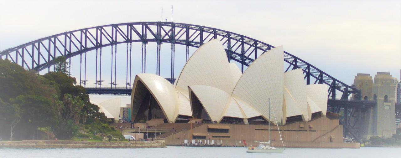 Valokuva, jossa Sydneyn oopperatalo ja Harbour Bridge.