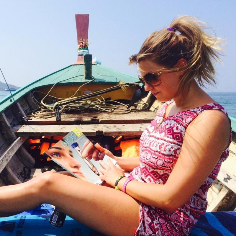 Tyttö opiskelee verkkolukiossa