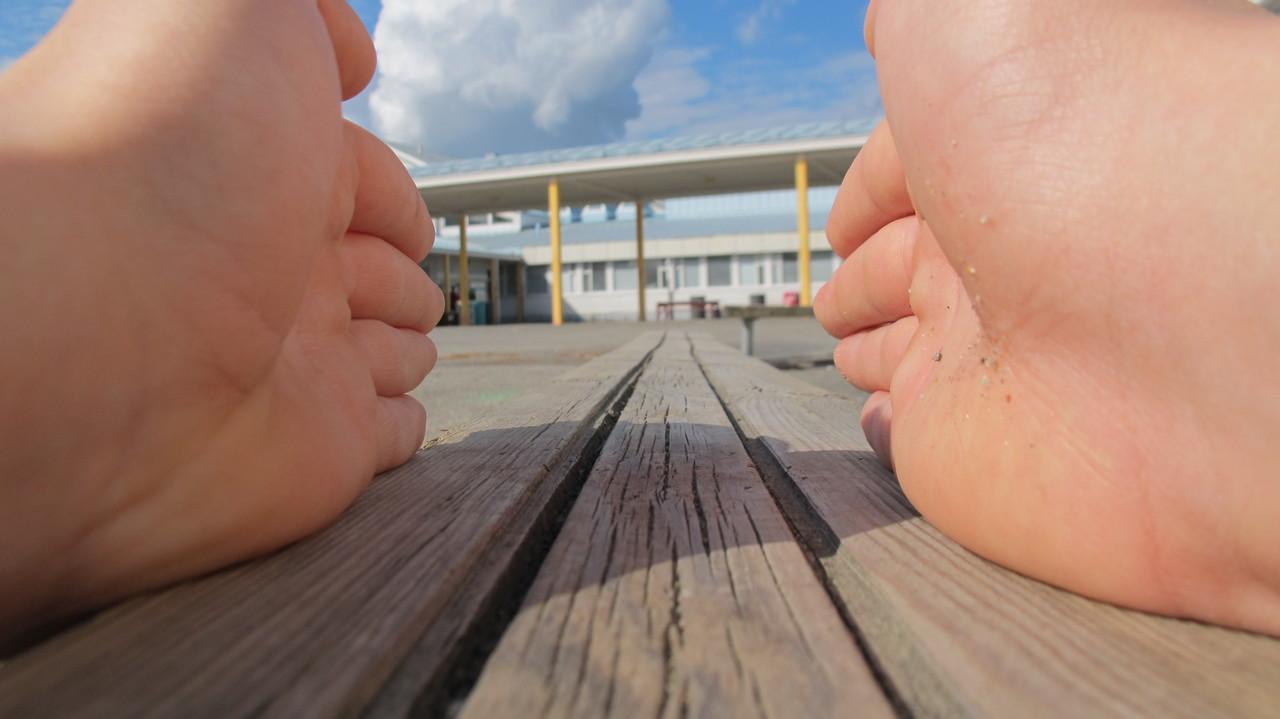 Avoimet kädet osoittavat koulun suuntaan, kuvituskuva