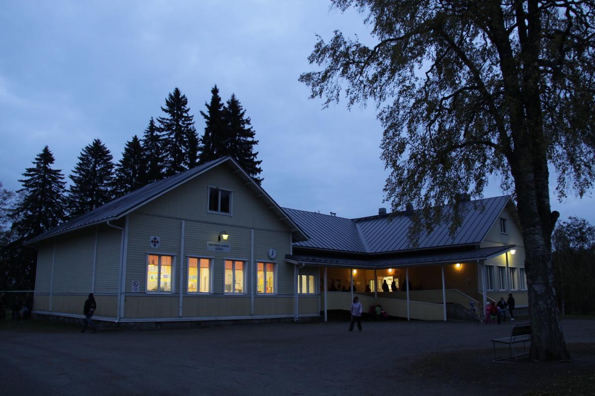 Mattisenlahden koulu pihalta kuvattuna