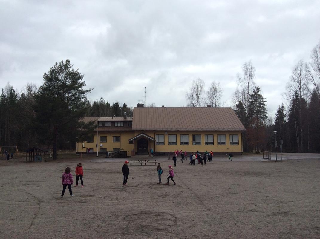 Lehmijärven koulun etupiha.