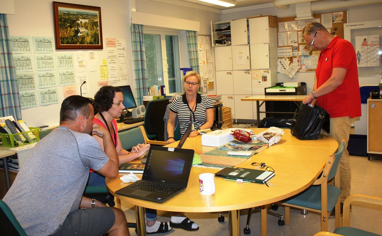 Lehmijärven koulun opettajien kokous opehuoneessa.