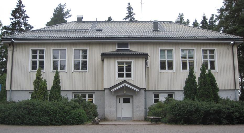 Pullin koulurakennus edestä. Rakennus on vaaleankeltainen puutalo. Rakennuksen edessä on kuusi Tuijaa ja pensaita sekä kaksi penkkiä. Rakennuksessa on kuusi ikkunaa ylhäällä ja neljä ikkunaa alhaalla. Myös portaiden yläpuolella on ylhäällä on yksi ikkuna. Ylhäällä on puutyöluokka ja esikoululuokka. Alhaalla on ruokalan, kahden wc:n ja keittiön ikkuna. Koulussa on myös vuosiluokkien 2-3 ja 4-6 luokkahuone, joiden ikkunoista näkyy metsämaisema.