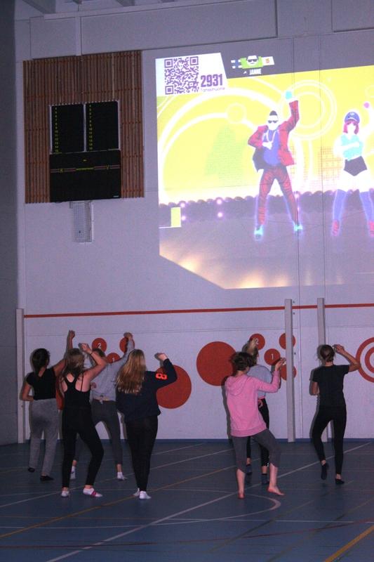 Tanssia liikuntatunnilla Mäntynummella