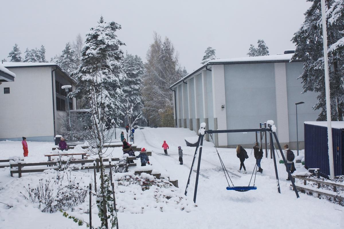 Mäntynummen yhtenäiskoulu talvella