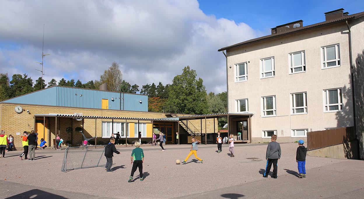 Koulun piha.jpg