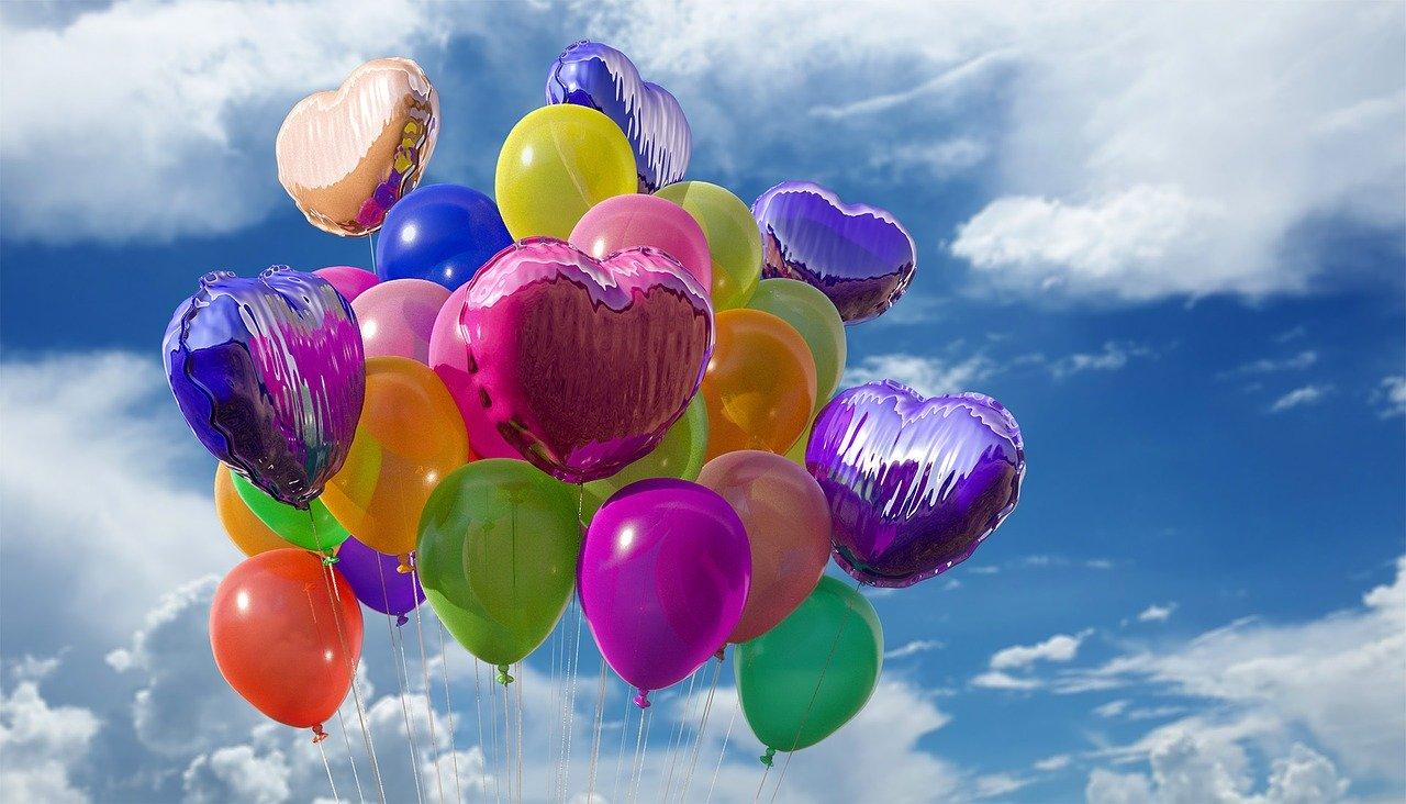 Värikkäitä ilmapalloja sinisellä taivaalla