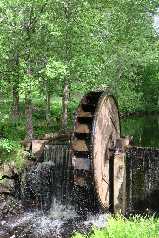 Koski ja vesimylly kesällä