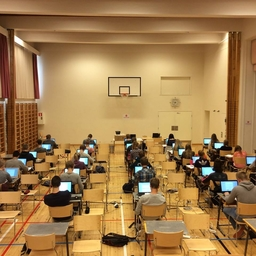 Raahen lukion ykköset ahertamassa sähköisen äidinkielen kurssikokeen parissa.JPG