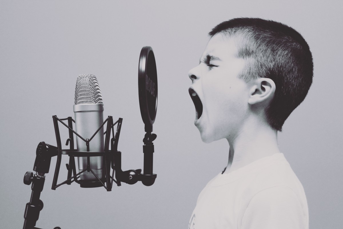 microphone_boy_studio_screaming_yelling_sing_singing_black_and_white-595225.jpg!d.jpeg