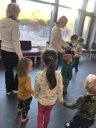 Alla barnen hand i hand,pärlor på ett sidenband.